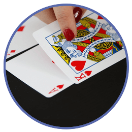 Dealer delar ut kort på Pai Gow Poker Casino